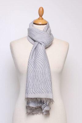 Fanli blau grauer Damen Schal mit Wellenmuster & Fransen aus Viskose – Ganzansicht