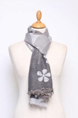 Fanli dunkelgrauer anthrazit Damen Schal in floraler Optik mit Fransen aus Viskose – Ganzansicht