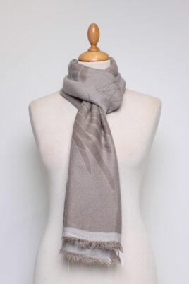 Fanli taupe grauer Damen Schal mit Muster & Fransen aus Viskose – Ganzansicht