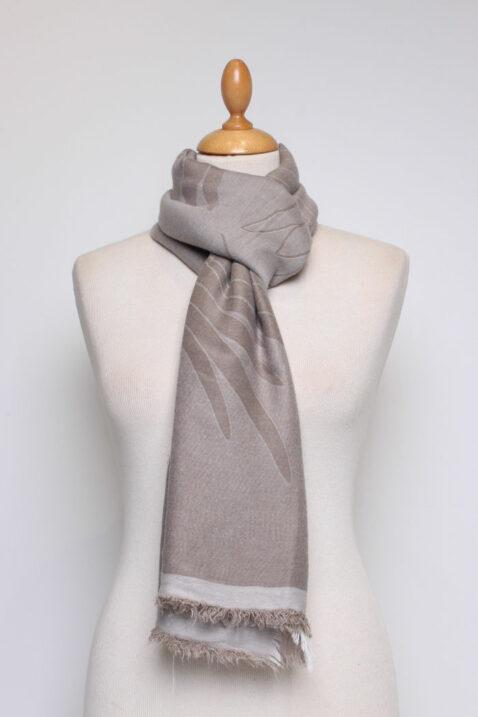 Taupe grauer Damen Schal mit Muster & Fransen aus Viskose von Fanli - Ganzansicht
