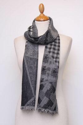 Fanli schwarzer Damen Schal mit Muster & Fransen aus Viskose – Ganzansicht