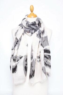 Fanli grauer anthrazit Damen Schal in floraler Optik, glänzenden Details & Fransen – Ganzansicht