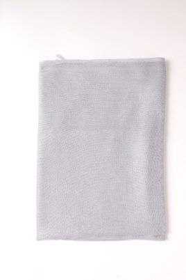 Grauer heller Damen Schal unifarben - Modeschal von Lil Moon - Detailansicht