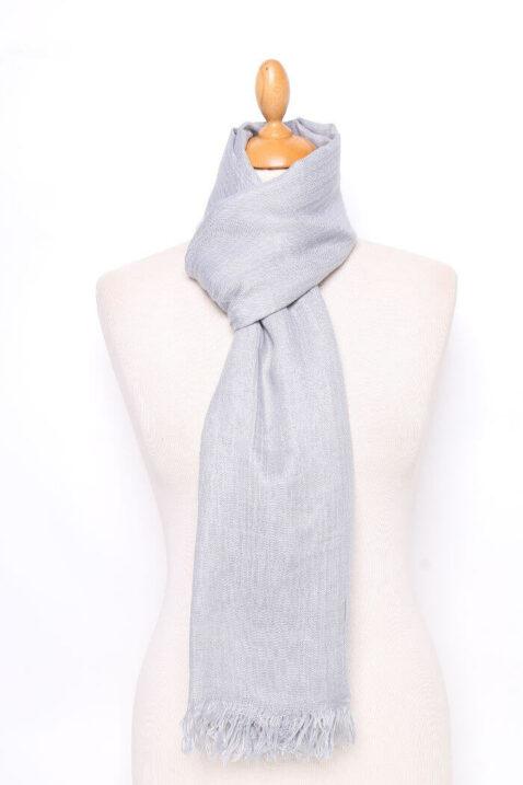 Grauer heller Damen Schal unifarben - Modeschal von Lil Moon - Ganzansicht