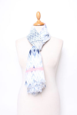 Lil Moon blauer leichter Damen Schal im Batik-Look – Modeschal – Ganzansicht