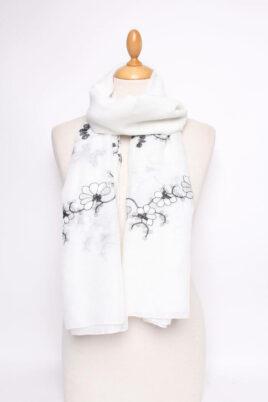 Lil Moon weißer leichter Damen Schal mit Blumen-Stickerei – Modeschal – Ganzansicht