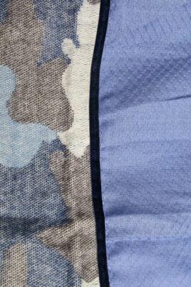 Blauer Damen Schal in Kuhflecken-Optik mit Sternen aus Pailletten - Modeschal von Lil Moon - Detailansicht