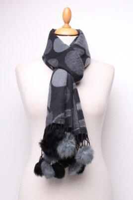 Lil Moon dunkelgrauer Damen Schal mit Kunstfell-Bommel gemustert – Modeschal – Ganzansicht