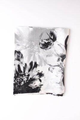 Schwarz weißer Damen Seidenschal in floraler Optik - doppelt genäht von Lil Moon - Detailansicht