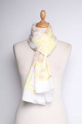 Lil Moon gelber leichter Damen Schal in Flecken-Optik – Batik Modeschal – Ganzansicht