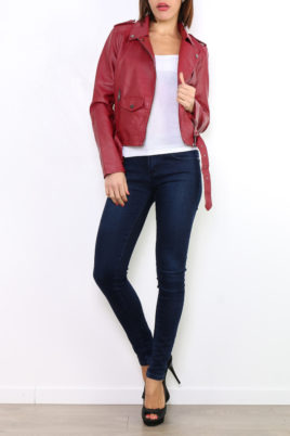 Osley bordeaux rote Damen Bikerjacke in Leder-Optik – Kunstlederjacke – Ganzkörperansicht