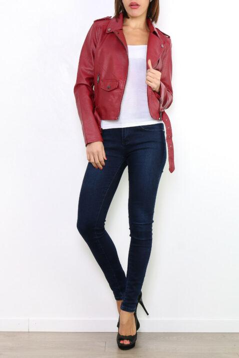 Bordeaux rote Damen Bikerjacke in Leder-Optik - Kunstlederjacke von Osley - Ganzkörperansicht
