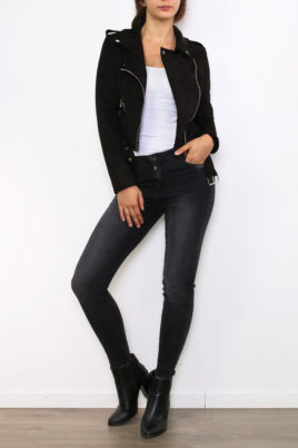 Osley Paris schwarze Damen Jacke im Biker-Stil – kurze Lederimitat Bikerjacke mit Gürtel – Ganzkörperansicht