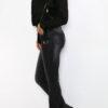 schwarze Damen Jacke im Biker-Stil - kurze Lederimitat Bikerjacke mit Gürtel von Osley Paris - Seitenansicht