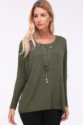 Kilky khaki grüner leichter Damen Pullover mit Kettendetail, Ösen & seitliche Schlitze – Vorderansicht
