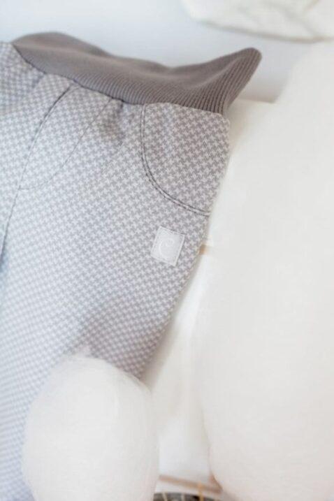 Graue Baby Jungen Strampelhose mit Fuß gemustert Schlafhose von Pinokio - Detailansicht