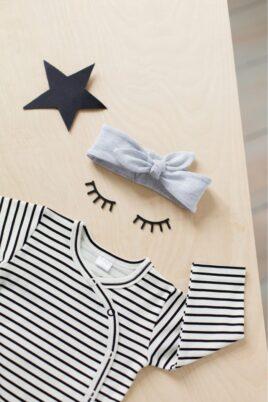 Schwarz-weiß gestreifter Baby Jungen Mädchen Wickelbody langarm mit Druckknöpfe unisex von Pinokio - Inspiration Lookbook