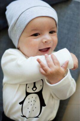 Graue Baby Jungen Mütze mit Patch - Babymütze unifarben von Pinokio - Babyphoto