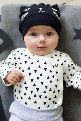 Junge trägt schwarze Babymütze mit Katzen Motiv & Ohren Katzenmütze Baby Mütze - Wickelbody langarm weiß Dreiecke langarm Langarmbody von Pinokio - Babyphoto vorne