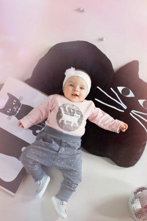 Rosa Baby Mädchen Body langarm mit Katzen Motiv bei Nacht - Tier Langarmbody Babybody von Pinokio - Babyphoto Inspriation