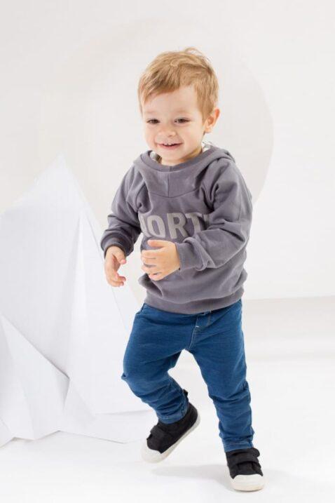 laue Baby Jungen & Mädchen Babyhose im Jeans Look mit Taschen & breitem Komfortbund - Sweatjeans unisex von Pinokio - Babyphoto