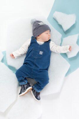 Blaue Baby Jungen & Mädchen Latzhose im Jeans Denim Look mit Beinumschlag, Brusttasche, Patch - Jeans Overall unisex von Pinokio - Babyphoto