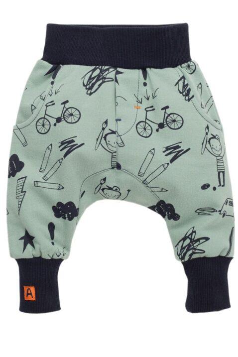 Grüne Baby Pumphose Sweatpants mit Schul Motiv für Jungen - Haremshose & Schlupfhose mit Kind, Schüler, Malstifte, Autos, Fahrräder, Sterne, Blitze von Pinokio - Vorderansicht