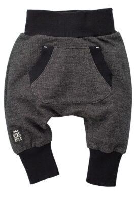 Pinokio schwarze Baby Pumphose Sweatpants mit Taschen für Jungen & Mädchen – Schlupfhose & Haremshose mit Taschen, Komfortbund Jogger Babyhose Jogginghose – Vorderansicht