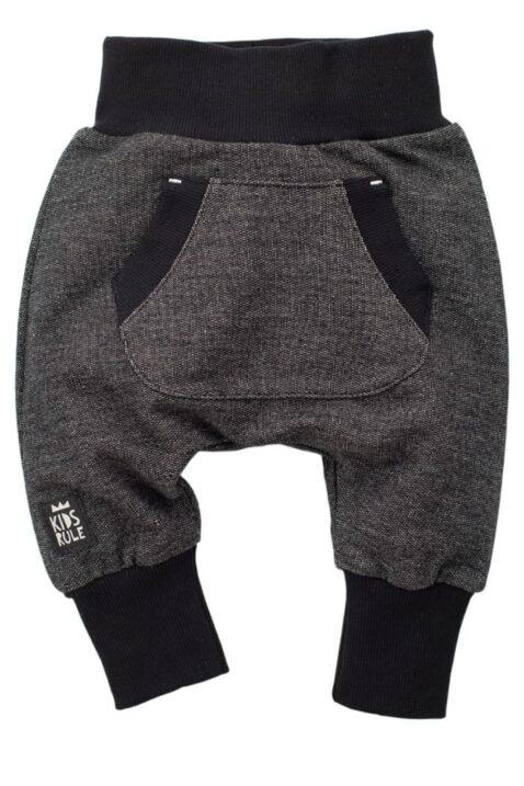 Schwarze Baby Pumphose Sweatpants mit Taschen für Jungen & Mädchen - Schlupfhose & Haremshose mit Taschen, Komfortbund Jogger Babyhose Jogginghose von Pinokio - Vorderansicht
