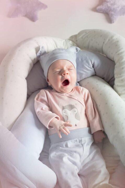 müdes gähnendes Baby mit rosa Baby Wickelbody langarm & Eulen Motiv bei Nacht für Mädchen & Sterne Stramplerhose mit Mütze - Langarmbody & Babybody von Pinokio - Set Inspiration