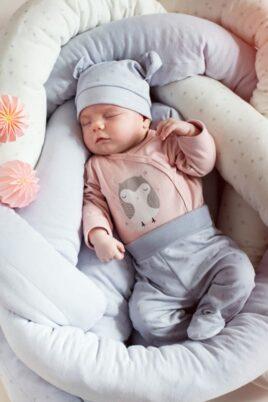 Schlafendes Baby mit rosa Baby Wickelbody langarm & Eulen Motiv bei Nacht für Mädchen & Stramplerhose Sterne & Mütze - Langarmbody & Babybody von Pinokio - Babyphoto