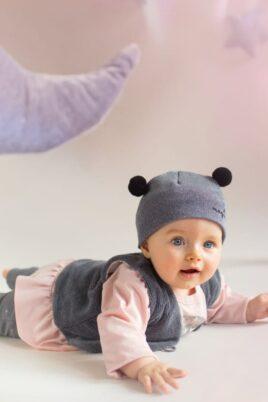 Krabbelndes Baby mit rosa Baby Langarmshirt in Kleidchenoptik mit Katzen Motiv für Mädchen - Langarm Oberteil Baumwollshirt von Pinokio - Babyphoto