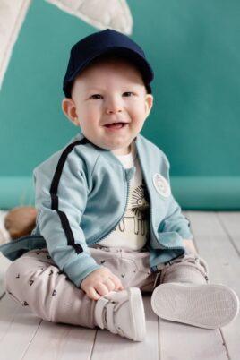 Set beige Baby Pumphose Sweatpants mit Dreiecke, Zacken & Krokodil Patch für Jungen & Mädchen - Babyhose, grüne Sweatjacke, Babyschuhe & Basecap unisex von Pinokio - Babyphoto