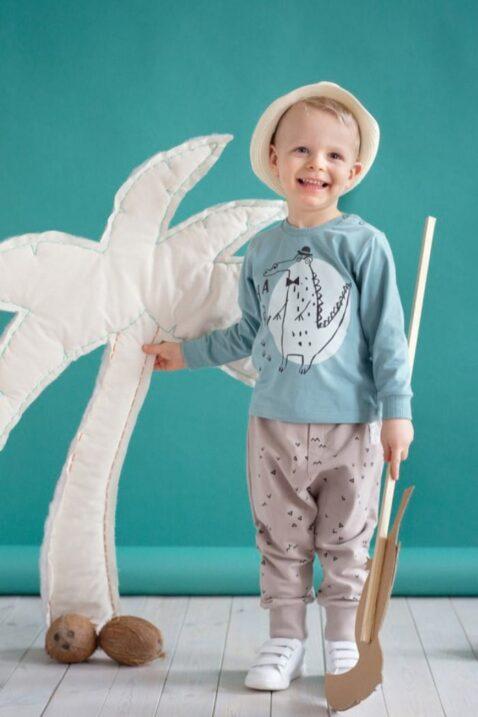 Set beige Baby Pumphose Sweatpants mit Dreiecke, Zacken & Krokodil Patch für Jungen & Mädchen - Babyhose, grünes Langarmshirt, weiße Babyschuhe & Strohhut unisex von Pinokio - Set Inspiration