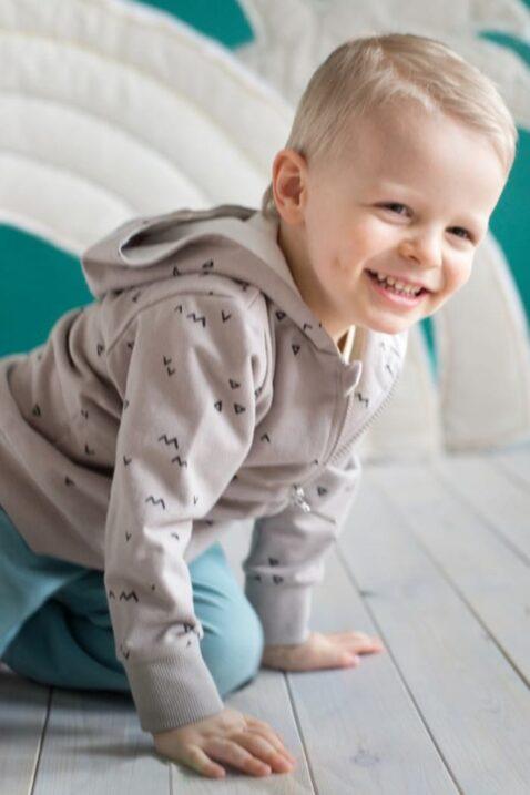 Set krabbelndes Baby mit beiger Baby Kapuzen-Sweatjacke mit Dreiecke & Zacken Muster & Reißverschluss, türkise Babyhose mit Streifen für Jungen von Pinokio - Inspiration Lookbook