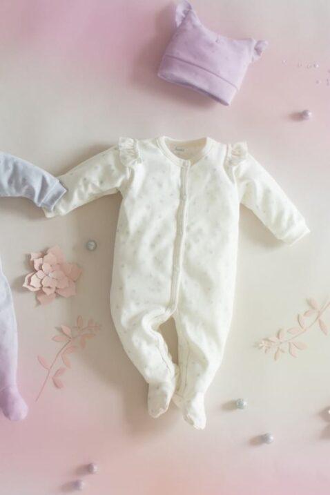 Set ecru weißer Baby Schlafoverall mit Füßen, Rüschen & Sterne Motive & Mütze für Mädchen - Schlafanzug & Strampelanzug Overall einteilig von Pinokio - Inspiration Lookbook
