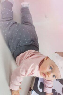 Krabbelndes Baby mit grauer Baby Pumphose Sweatpants mit Sterne & Knöpfe für Mädchen - Haremshose & Schlupfhose mit Komfortbund Babyhose von Pinokio - Babyphoto