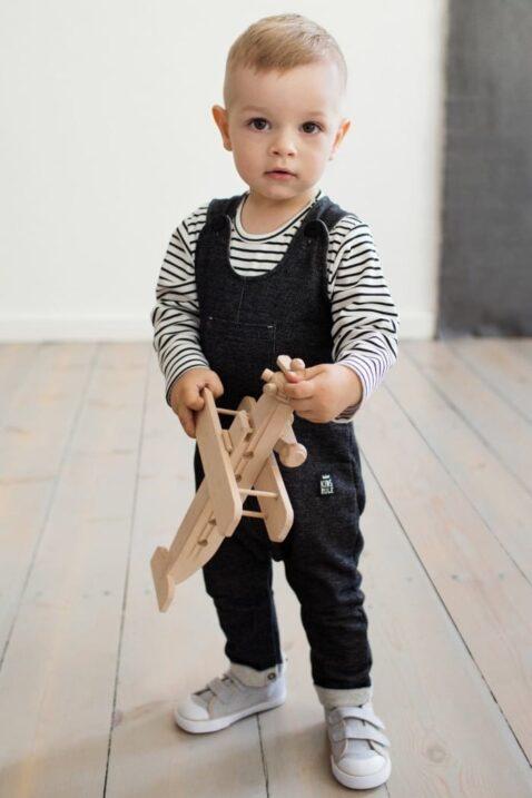 Schwarze Baby Latzhose strukturiert im Jeans Denim Look mit Beinumschlag, Brusttasche, Patch für Jungen & Mädchen - Lange Jeans Sweatjeans Overall von Pinokio - Babyphoto