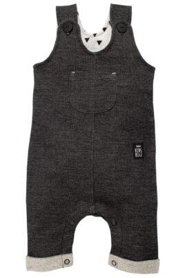 Pinokio schwarze Baby Latzhose strukturiert im Jeans Denim Look mit Beinumschlag, Brusttasche, Patch für Jungen & Mädchen – Lange Jeans Sweatjeans Overall – Vorderansicht
