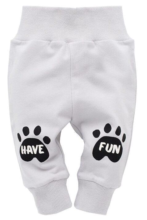 Graue Baby Leggings Sweathose mit Hundetatzen & Schriftzug Have Fun für Jungen & Mädchen - Hunde Baby Schlupfhose & Schlafhose mit Bündchen Komfortbund von Pinokio - Vorderansicht