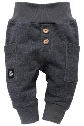 Pinokio dunkelgraue Babyhose im Grey Denim Jeans Design mit Taschen, Patch & breitem Komfortbund strukturiert – Jungen & Mädchen Sweatjeans & Schlupfhose – Vorderansicht