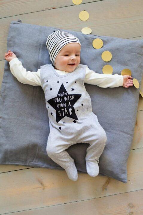 """Liegendes lachendes Baby Junge mit grauem Baby Strampler mit Fuß & Sterne Schriftug """"WHEN YOU WISH UPON A STAR"""" für Jungen & Mädchen, weißes Oberteil & gestreifter Mütze von Pinokio - Babyphoto"""