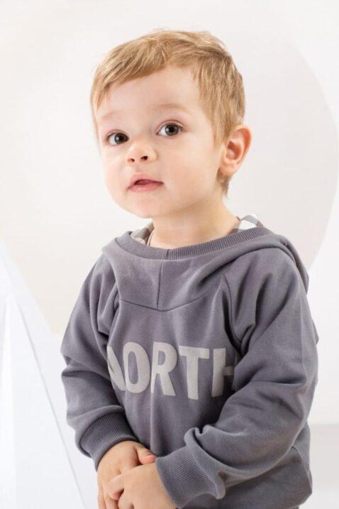 Baby Junge mit dunkelgrauem Hoodie Kapuzenpullover mit Schriftzug NORTH - Print Pullover Sweatshirt langarm Oberteil mit Kapuze unisex von Pinokio - Babyphoto