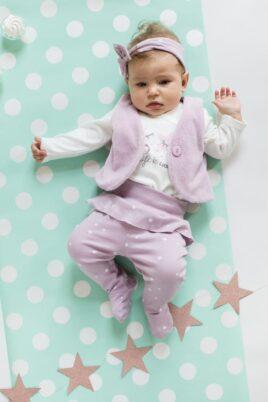 Süßes liegendes Mädchen mit kurzen Haaren trägt weißen Baby Wickelbody langarm mit Sterne Muster, rosa Weste, rosa gepunktete Strampelhose & rosa Stirnband mit Punkten von Pinokio - Babyphoto