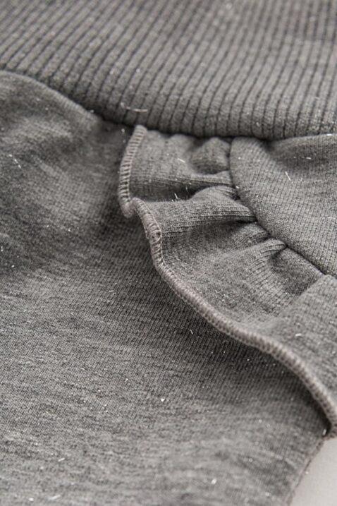 Graue Mädchen Babyhose mit Rüschen & silbernen Metalliceffekt Glanzoptik durch Silberfäden - Hellgraue Kinder Baby Schlupfhose mit Glitzereffekt, Bündchen & Komfortbund ohne Taschen von Pinokio - Detailansicht