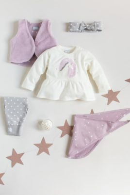 Set weißes Baby Langarmshirt Kleid in Kleidchenoptik mit Einhorn Motiv für Mädchen, rosa Weste, rosa Sterne Halstuch Dreieckstuch, graue Punkte Leggings & graues gepunktetes Stirnband mit schleife von Pinokio - Inspiration Lookbook