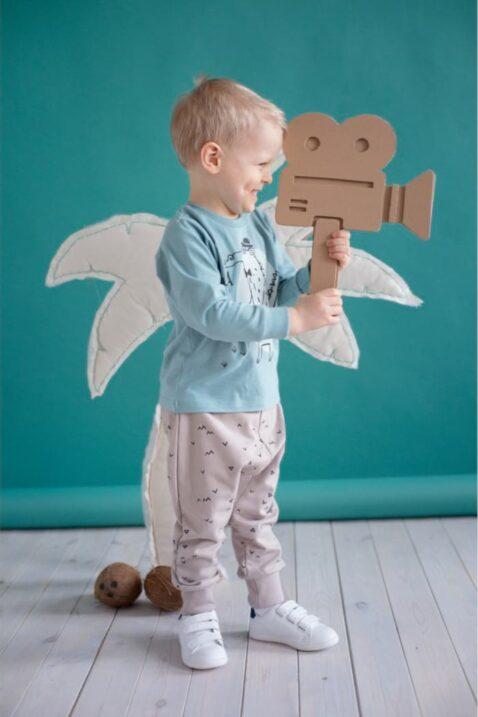 Lachender Junge trägt grünes Baby Sweater Langarmshirt Sweatshirt mit Krokodil Motiv & Happy Schriftzug, beige Pumphose mit Dreiecke Zacken & weiße Babyschuhe von Pinokio - Babyhoto