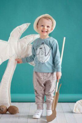 Lächelnder Junge trägt grünes Baby Langarmshirt Sweatshirt Sweater mit Krokodil Motiv & Happy Schriftzug, Sommerhut, beige Pumphose mit Dreiecke Zacken & weiße Babyschuhe von Pinokio - Babyhoto