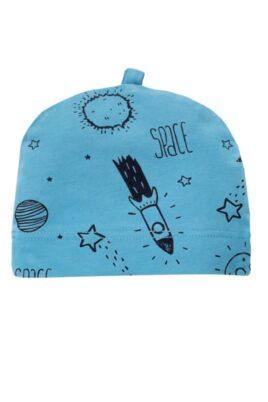Pinokio blaue Baby Mütze mit Weltall Motiven Sterne, Raketen, Mond für Jungen – Babymütze Weltraum blau unifarben mit All Over Muster – Vorderansicht