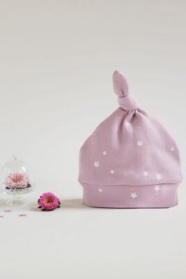 Rosa Babymütze mit weißen kleinen Sternen, kleinem Bommel-Knoten für Mädchen - Baby Mütze Kindermütze Baumwollmütze unifarben Zipfelmütze von Pinokio - Vorderansicht